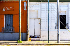Um menino novo dorme em uma etapa na rua Fotografia de Stock Royalty Free