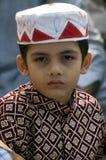 Um menino novo em orações da identificação Foto de Stock