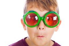 Um menino novo engraçado foto de stock