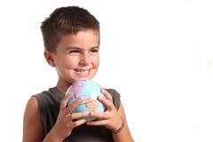 Um menino novo está prendendo a terra do planeta Foto de Stock Royalty Free
