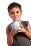 Um menino novo está prendendo a terra do planeta Fotografia de Stock Royalty Free