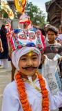 Um menino novo no festival de GaijatraThe das vacas Fotos de Stock