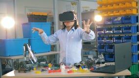 Um menino novo veste vidros de VR, fim acima filme