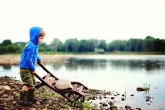 Um menino pelo rio foto de stock royalty free