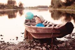 Um menino pelo rio fotos de stock royalty free
