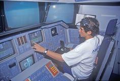 Um menino que atende ao acampamento do espaço no George C Marshall Space Flight Center em Huntsville, Alabama, senta-se na cabina imagens de stock royalty free