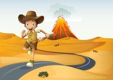 Um menino que corre ao longo da rua que guarda um papel rolado Imagens de Stock Royalty Free