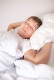 Um menino que dorme no tempo do dia Fotografia de Stock