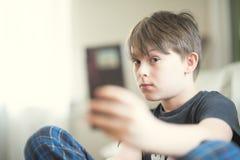 Um menino que faz o selfie Imagens de Stock Royalty Free