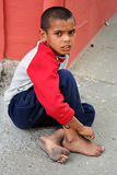 Um menino que implora pelo dinheiro Imagens de Stock Royalty Free
