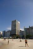 Um menino que joga com o papagaio na praia de Copacabana fotografia de stock
