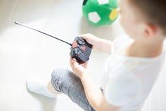 Um menino que joga com um telecontrole do carro Imagens de Stock Royalty Free