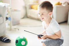 Um menino que joga com um telecontrole do carro Imagem de Stock Royalty Free