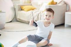 Um menino que joga com um telecontrole do carro Fotos de Stock Royalty Free