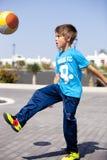 Um menino que joga o futebol Imagens de Stock