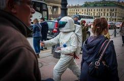 Um menino que masquerading como um astronauta nas ruas de St Petersburg, Rússia em maio de 2018 fotografia de stock