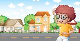 Um menino que movimenta-se na frente da vizinhança Fotografia de Stock Royalty Free