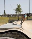 Um menino que patina no parque do patim fotos de stock royalty free