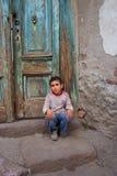um menino que senta-se na entrada Fotos de Stock