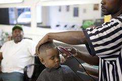 Um menino que tem um corte de cabelo, Mississippi Fotos de Stock Royalty Free