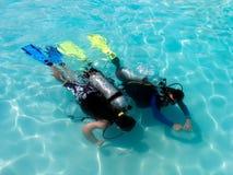 Um menino que toma lições do mergulho autónomo. Imagens de Stock