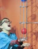 Um menino tenta travar uma bola no museu do ` s das crianças da descoberta, imagens de stock royalty free