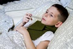 Um menino tomou doente, e tratado imagens de stock royalty free