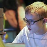 Um menino usa um microscópio no museu do ` s das crianças da descoberta, Las foto de stock