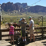 Um menino usa um telescópio na cidade fantasma da jazida de ouro, o Arizona Imagens de Stock Royalty Free