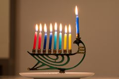 Um menorah do Hanukkah com oito velas imagens de stock