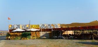 Um mercado da borda da estrada com abóboras e melancias foto de stock