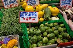 Um mercado local dos fazendeiros que indica couves-de-Bruxelas e o outro vegetal para a venda imagens de stock