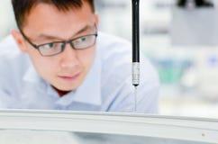 Um messureman está medindo um trunklid Fotos de Stock