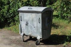 Um metal cinzento fechou suportes do escaninho de desperdício na estrada imagens de stock royalty free