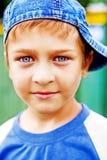 Um miúdo bonito com olhos azuis bonitos imagens de stock royalty free