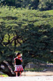 Um miúdo pequeno de india no jardim com pensamento profundo Fotografia de Stock