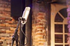 Um microfone na fase Fotos de Stock Royalty Free