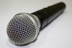 Um microfone no fundo branco Fotografia de Stock Royalty Free