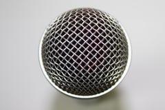 Um microfone no fundo branco Foto de Stock