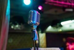 Um microfone profissional ajustado para o artista é no centro da fase fotografia de stock