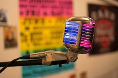 Um microfone velho do rádio da forma fotografia de stock