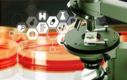 Um microscópio médico no fundo claro com Foto de Stock