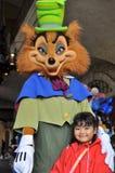 Um miúdo com o lobo ruim grande Fotografia de Stock