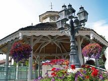 Um miradouro com flores coloridas Imagens de Stock