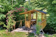 Um miradouro de madeira bonito no jardim, para casas da quinta acolhedores do verão na noite para uma garrafa da cerveja ou de um Foto de Stock Royalty Free