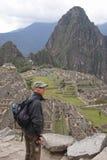 Um mochileiro quer saber no Peru de Machu Picchu fotos de stock
