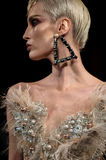 Um modelo anda a pista de decolagem durante Blonds a semana de moda de New York do fevereiro de 2017 Imagens de Stock Royalty Free