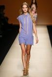 Um modelo anda a pista de decolagem durante a mostra de Alberta Ferretti como uma parte de Milan Fashion Week Imagem de Stock Royalty Free