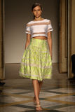 Um modelo anda pista de decolagem durante a mostra de Chicca Lualdi como uma parte de Milan Fashion Week Fotos de Stock