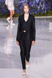 Um modelo anda a pista de decolagem durante a mostra de Christian Dior Foto de Stock Royalty Free